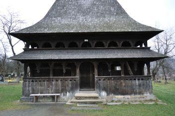 Crkva je izgrađena 1767. godine i predstavlja sintezu svih odlika drvenih crkava u Maramureşu na vrhuncu njihova razvoja. Prije svega ima dvostruki kanopus i uzvišene prozore. Trojica lokalnih umjetnika su zajednički ukrasili njezinu unutrašnjost 1783. godine. Dvostruki trijem i njezin vitki zvonik su iz 19. stoljeća.