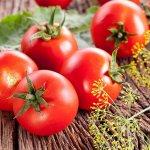 Mengobati Jerawat & Mengurangi Minyak Wajah dengan Tomat