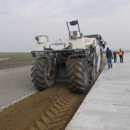 Fotogalerie: S-au reluat lucrările la pista aeroportului. În trei luni, se vor mai turna 30.000 de metri cubi de beton