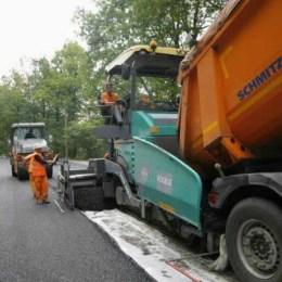 Au început asfaltările la drumul care scurtează cu 50 de km legătura spre Focşani