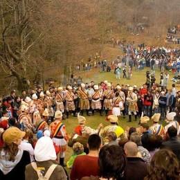 Ziua Unirii începe cu o paradă și muzică populară și se încheie cu torțe și foc de artificii
