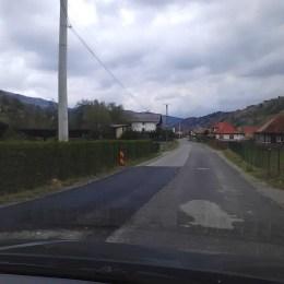 """Compania de Drumuri a pus doar plombe pe """"drumul rușinii"""" și pe drumul spre Moeciu. Nu le-a reabilitat în totalitate așa cum promisese"""