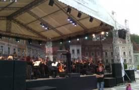 Filarmonica Braşov încheie staginea cu un concert estival în Piaţa Sfatului