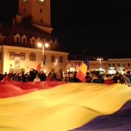 """A XII-a zi de proteste: Brașovenii s-au adunat în jurul tricolorului pentru a condamna corupția. Mâine, în fața Guvernului, se anunță """"operațiunea tricolorul"""""""