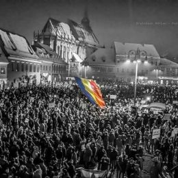 """""""Nu mai stăm în casă, corupția nu ne lasă"""", este motto-ul protestatarilor din Brașov"""