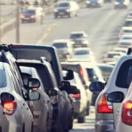 Guvernul introduce taxa de intrare în marile orașe în locul timbrului de mediu. Se pregătesc stickere colorate