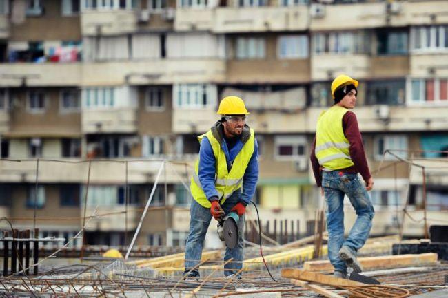 Salariații brașoveni din industrie și construcții câștigă aproape 3.000 de lei net lunar