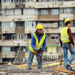 Criza de muncitori din Brașov crește miza salarială: Un muncitor necalificat în construcții poate câștiga și 2.500 de lei pe lună