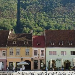 Aproape 350.000 de turiști au vizitat Brașovul în primele patru luni. Mai mult de jumătate dintre ei s-au cazat la trei stele