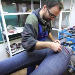 O firmă din Săcele vopsește blugi pentru Hugo Boss