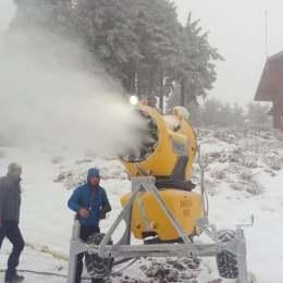 FOTO VIDEO Au pornit tunurile de zăpadă. Se fac depozite de zăpadă pe pârtiile Drumul Roșu, Lupului, Sulinar și Sub Teleferic