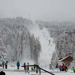 Pârtia de schi de la marginea autostrăzii. Până se construiește șoseaua de mare viteză, se va amenaja domeniul schiabil dintre Poiană și Râșnov