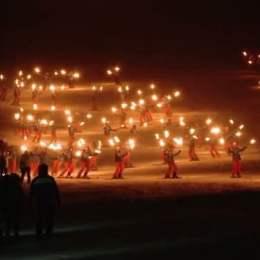 Sezonul de schi s-a deschis oficial în Poiană cu torțe aprinse pe pârtii