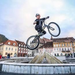 Junior Sport Fest îl aduce în Piața Sfatului pe cel mai cunoscut biketrial rider din România, care a intrat și în Cartea Recordurilor