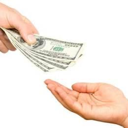 Una din 12 gospodării se împrumută pentru achiziția unei mașini sau a unei locuințe