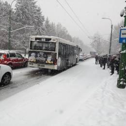 Se circulă bară la bară pe marile bulevarde ale Brașovului. O distanță de nici un kilometru se parcurge, în medie, în 10 minute