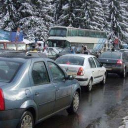 Interzis cu mașina în Poiana Brașov. Toate locurile de parcare sunt ocupate