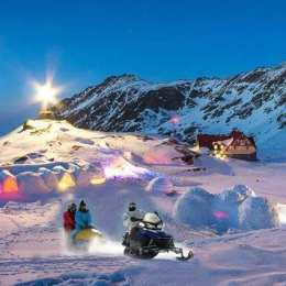 Hotelul de Gheață de la Bâlea Lac, ocupat de turiști americani și englezi. Numai cina costă 250 de lei