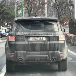 FOTO Un fan al lui Dracula și-a înmatriculat Range Rover-ul cu numele vampirului și a plecat să viziteze Poiana Brașov