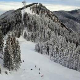 Pericol de avalanșe în Masivul Postăvarul. Schiorilor li se recomandă să evite coborârile pe văile acestuia