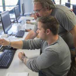 Burse de 5.000 de euro pentru profesorii care propun metode inovative de predare a tehnologiilor emergente
