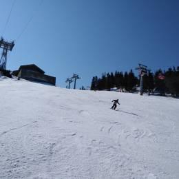 FOTO Ultimul weekend se schi în Poiana Brașov. Se schiază în condiții excelente în partea superioară a masivului Postăvarul