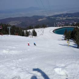 La fiecare 3.700 de coborâri pe pârtie, un accident. Se mai poate schia, însă cu mare grijă, deoarece începe să se vadă pământul, pe alocuri