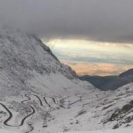 VIDEO Drumarii curăță Transfăgărășanul. Zăpada atinge și șase metri, iar avalanșele au adus și stânci pe drum