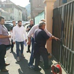 FOTO Viceprimarul Costel Mihai a spart poarta Grădiniței nr. 13. Copiii vor avea, astfel, acces la grădiniță
