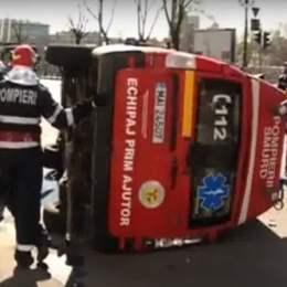 O ambulanță cu semnale acustice și luminosase în funcțiune a fost lovită într-o intersecție din Brașov