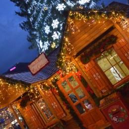 """FOTO Oferta și poveștile Târgului de Crăciun din Piața Sfatului: de la globuri și dulcețuri, la cadouri """"brașovecuadoriene"""""""