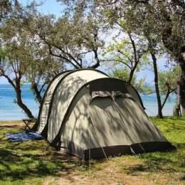 Românii vor să-și petreacă vacanța la cort în Grecia.  Au făcut rezervări în masă pentru luna iunie