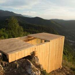 """Câțiva """"turiști"""" au plecat într-o plimbare pe Tâmpa cu… drujba. Au făcut bucăți structura de lemn instalată pe post de observator"""