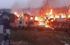 Incendiul de la pensiunea din Moieciu de Sus s-a extins și la casele din jur/ Trei persoane au făcut atac de panică