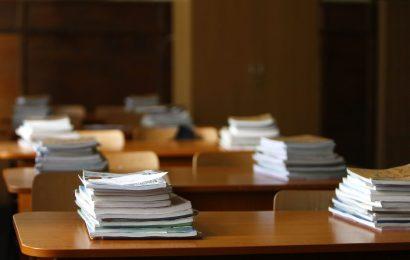Ministrul Educaţiei: Asta e sarcina oricărui ministru, să aducă manualele pe băncile elevilor la timp