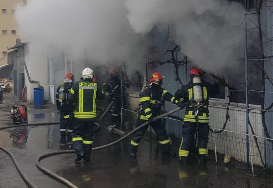 Incendiu puternic la un service auto