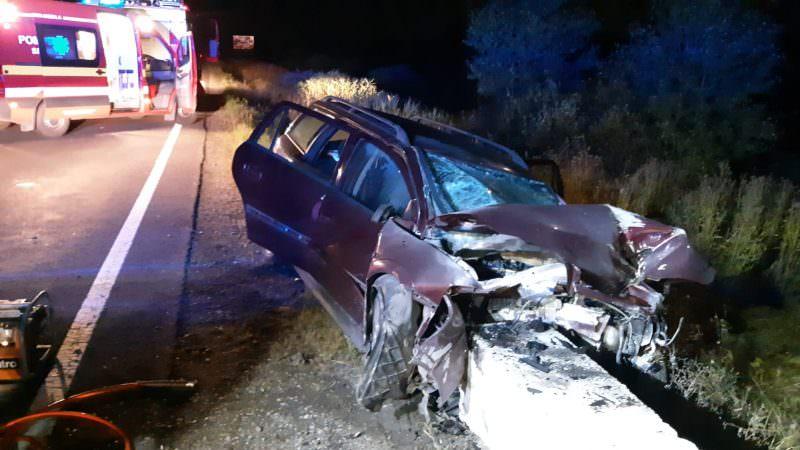 A intrat cu mașina într-un cap de pod. Doi tineri au fost răniți!