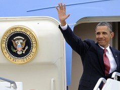 Obama-boarding-Air-Force-One