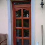 üveges felső ablakos bejárati ajtó