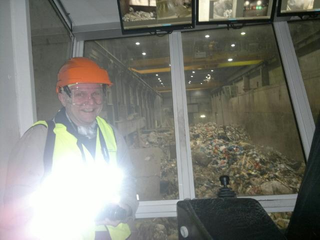 Vi fikk se avfallsbunkeren der to kraner fyller restavfall til kjelen. (Foto: Hanne Sofie Logstein)