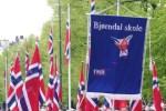 Bjørndal skole i 17. mai-tog (foto: Hanne Sofie Logstein)