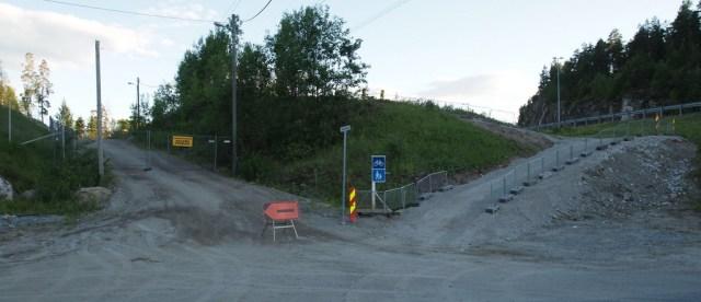 Starten på ny gang- og sykkelvei ved Åslandkryssset. Den nye gangveien går til høyre langs E6, mens det gamle Sluttstykket nå er stengt med et gjerde. (foto: Sven Brun)