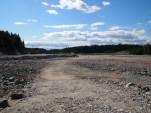 Anleggsområdet på Åsland klargjøres for betongelementproduksjonen med masseflytning. (foto: Sven Brun)