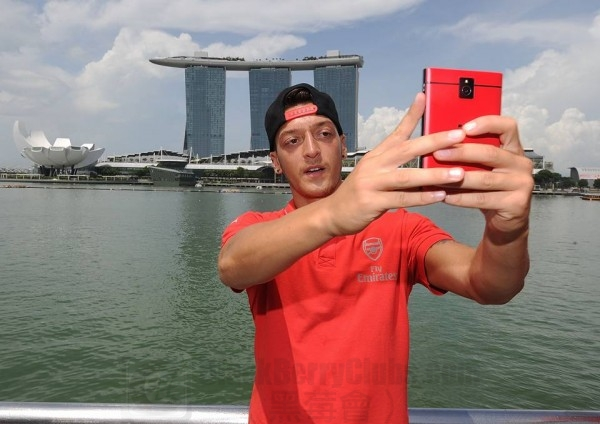 MesutOzil BlackBerry Passport Selfie_bbc_01
