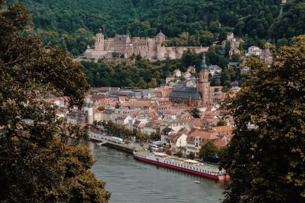 Uitzicht op de oude stad Heidelberg vanaf de Philosophenweg