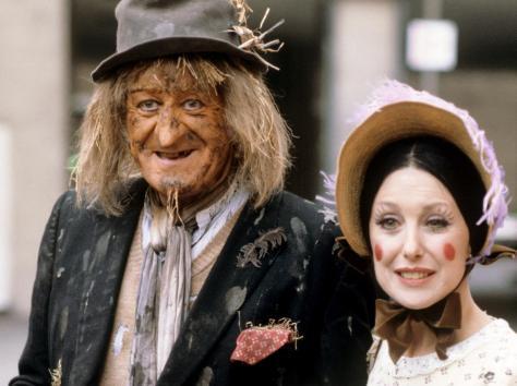 Jon Pertwee as Worzel Gummidge and Una Stubs as Aunt Sally
