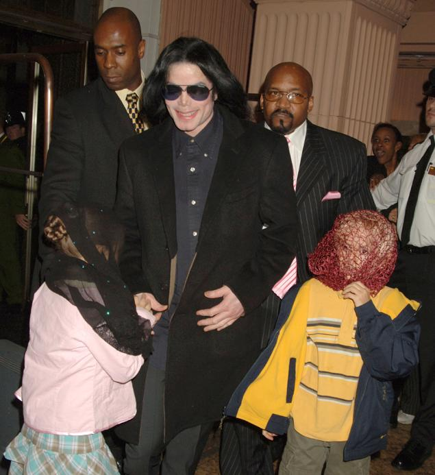 Michael Jackson pictured with his two older childen in London in 2005. (DAVE M. BENETT/ GETTY IMAGES)