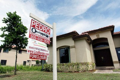 In this Sept. 14, 2010 file photo, a house in Homestead, Fla. sits empty, for sale as a foreclosure home in a neighborhood where half of the houses were empty and up for foreclosure. Federal and state officials announced today a landmark agreement with the nation's five largest mortgage servicers to settle investigations involving foreclosure abuses (AP Photo)