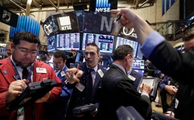 Traders work on the floor of the New York Stock Exchange Wednesday, Oct. 29, 2014. Major stock indexes traded in a tight range in the early going as investors wait for word from the Federal Reserve and mull over a mixed batch of earnings results. (AP Photo/Richard Drew)