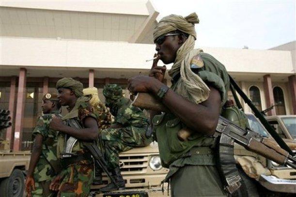 Members of Chad's army guard the Parliament, Monday, April 17, 2006 (AP Photo/Karel Prinsloo)